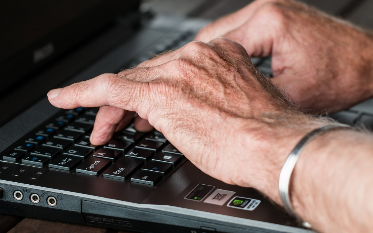 Ältere Person arbeitet am Computer